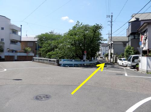 四叉路を斜め右に行くと、第2駐車場の看板がみえてきます。