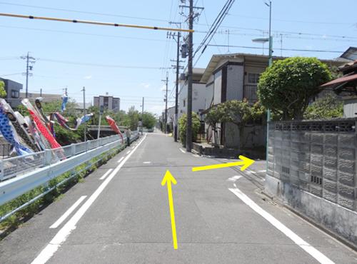 第2駐車場を超えて、次の道を右折してください。