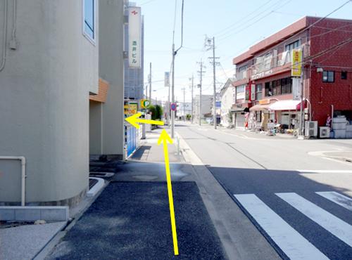 コインパーキングを超えた、2本目の道路を左折してください。